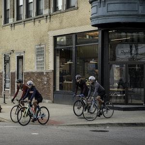 Rapha - le plus grand club cycliste du monde roule grâce à des pop-ups